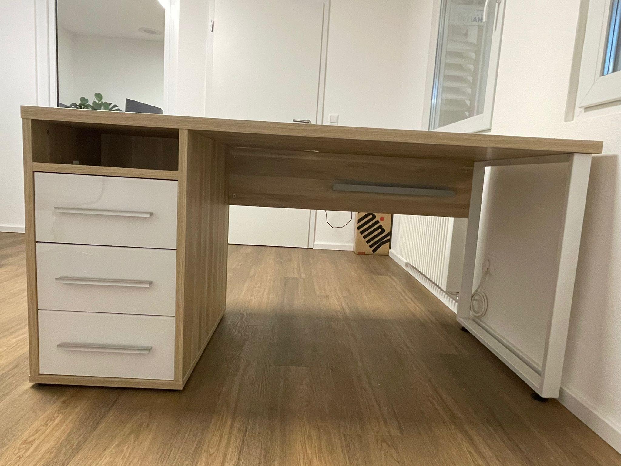Bürotisch mit Schubladen und offenem Fach als Ausstellungsstück